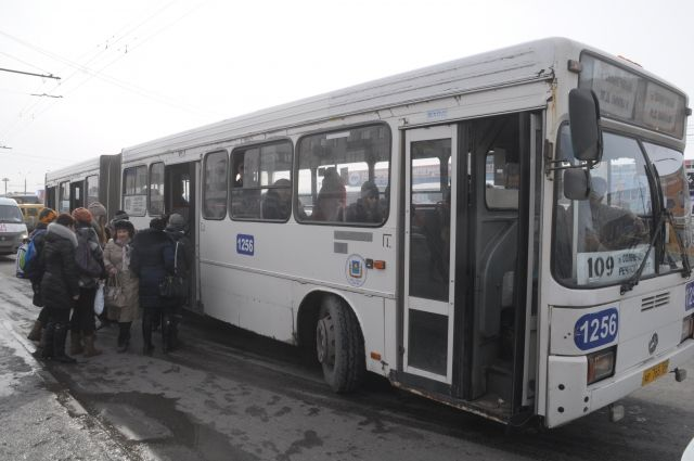 Водитель забыл закрыть двери в автобусе.