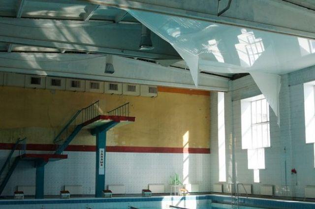 Натяжной потолок в бассейне вскрыли для оценки состояния