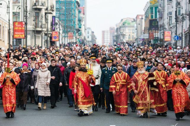 Крестный ход во время празднования Пасхи в Краснодаре.