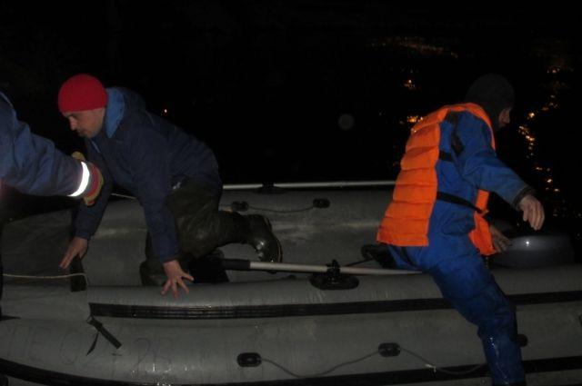 Спасатели доставили мужчину на берег.