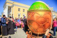 Четырехметровое яйцо установили на площади Октября в Барнауле в 2017 году.