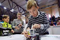 Выполняя робототехнические задания, дети должны за 4 часа собрать робота по образцу так, чтобы он в итоге поехал.