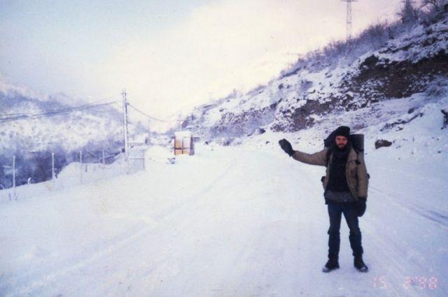 Мужчина предпочитает автостоп и вольные путешествия