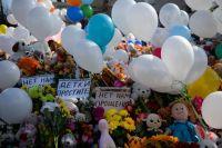Цветы и воздушные шары в память о жертвах пожара в торгово-развлекательном центре «Зимняя вишня» в Кемерово.