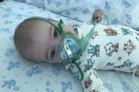 Малышу пока постоянно требуется кислородная поддержка.