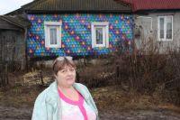 Елена Синицына превратила фасад своего дома в «чешую дракона» с помощью простых поленьев.