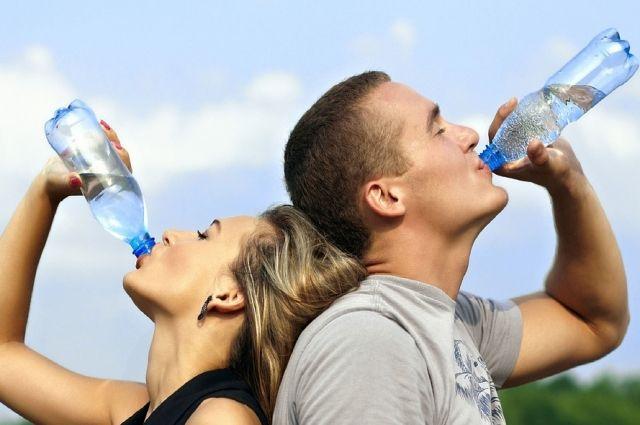 В день человеку нужно выпивать по 1,5-2 литра воды.