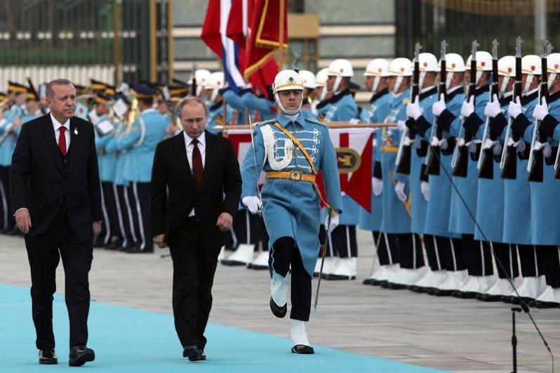 Владимир Путин и Реджеп Тайип Эрдоган на церемонии официальной встречи на площади перед Дворцом президента Турции в Анкаре.