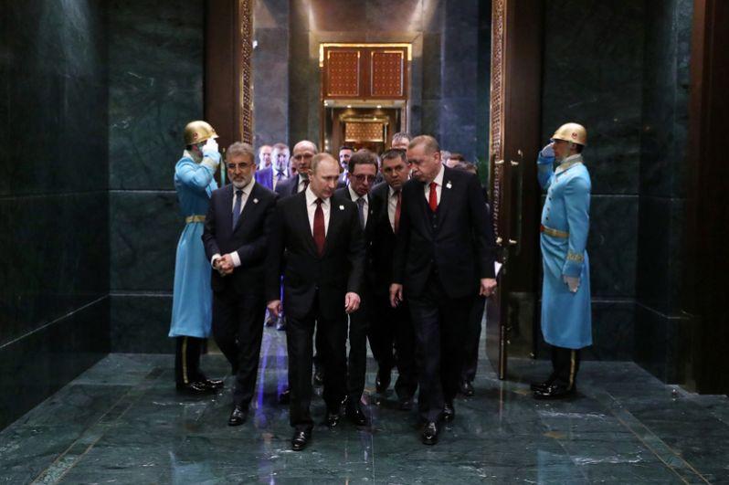 Президент РФ Владимир Путин и президент Турции Реджеп Тайип Эрдоган во время беседы в президентском дворце в Анкаре.