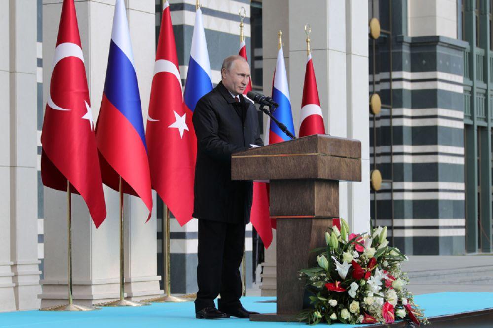 Владимир Путин выступает на церемонии запуска строительства первого энергоблока атомной электростанции «Аккую» у президентского дворца в Анкаре.