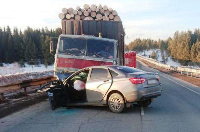 У лесовоза повредилось колесо, что и привело к смертельной аварии.