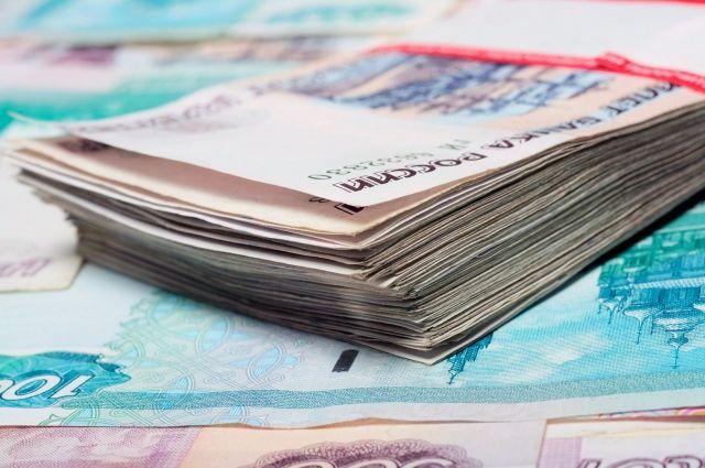 Деньги за товары она клала не в кассу, в себе в кошелёк.