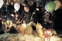 Жители Перми продолжают приносить цветы и игрушки к стихийному «мемориалу» в память о погибших в Кемерове.