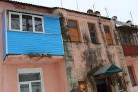 Мама двоих детей Ирина Руцких проводит экскурсию по дому.