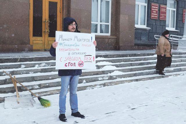 На одиночных пикетах активисты требовали, чтобы власти отказались от строительства предприятия.