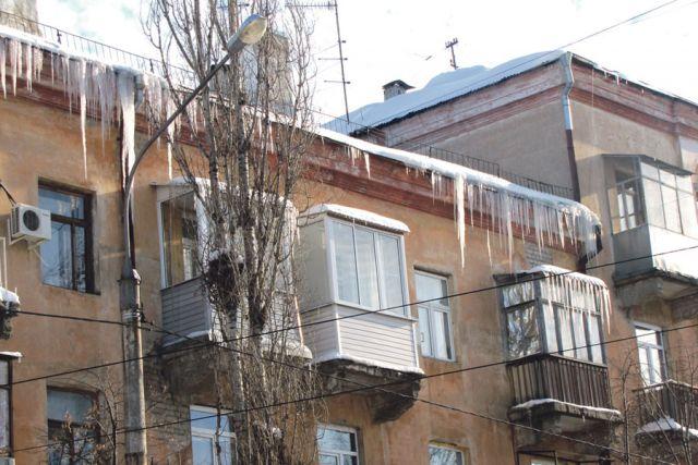За уборку снега и наледи с крыш отвечают управляющие компании.
