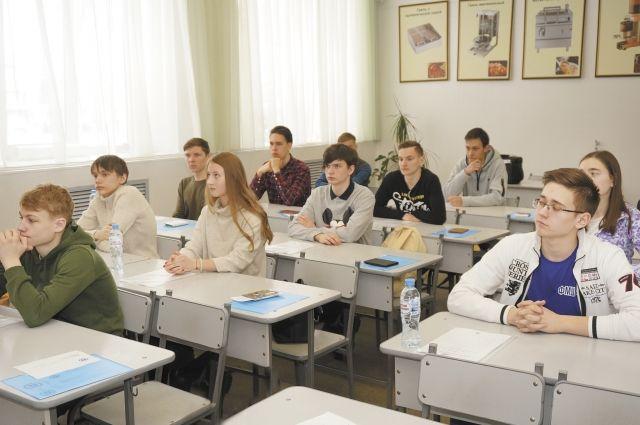 Школьники выполнили задания по физике, математике и информатике.