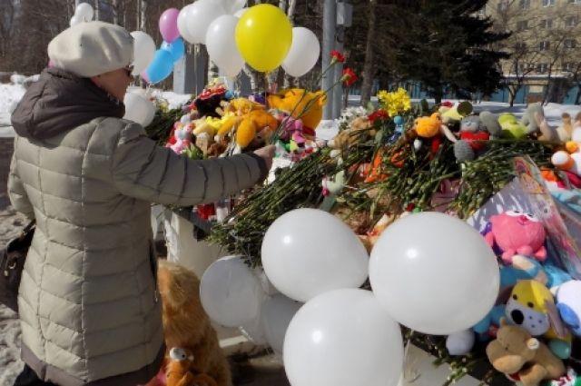 Горожане несут цветы и детские игрушки к народному «мемориалу памяти» на Центральной площади.
