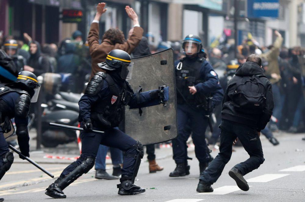 Участники демонстрации и полицейские в Париже.