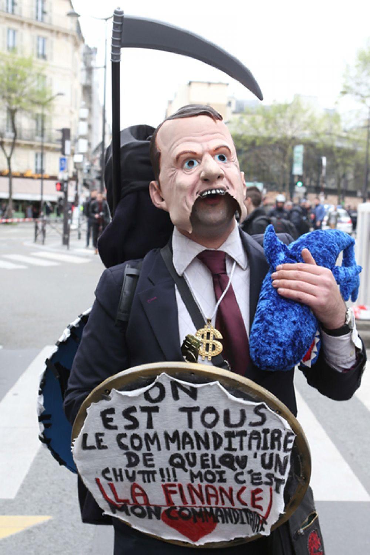Участник манифестации железнодорожников возле Восточного вокзала в Париже.