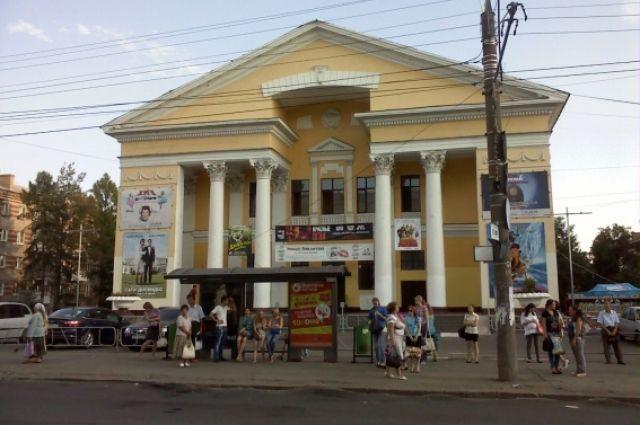 Кинотеатр открылся в 1955 г. на месте старого деревянного кинотеатра «Одеон»