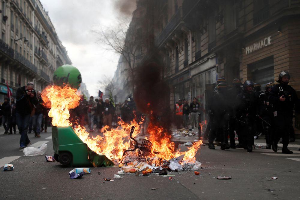 Не обошлось без столкновений участников с полицией.