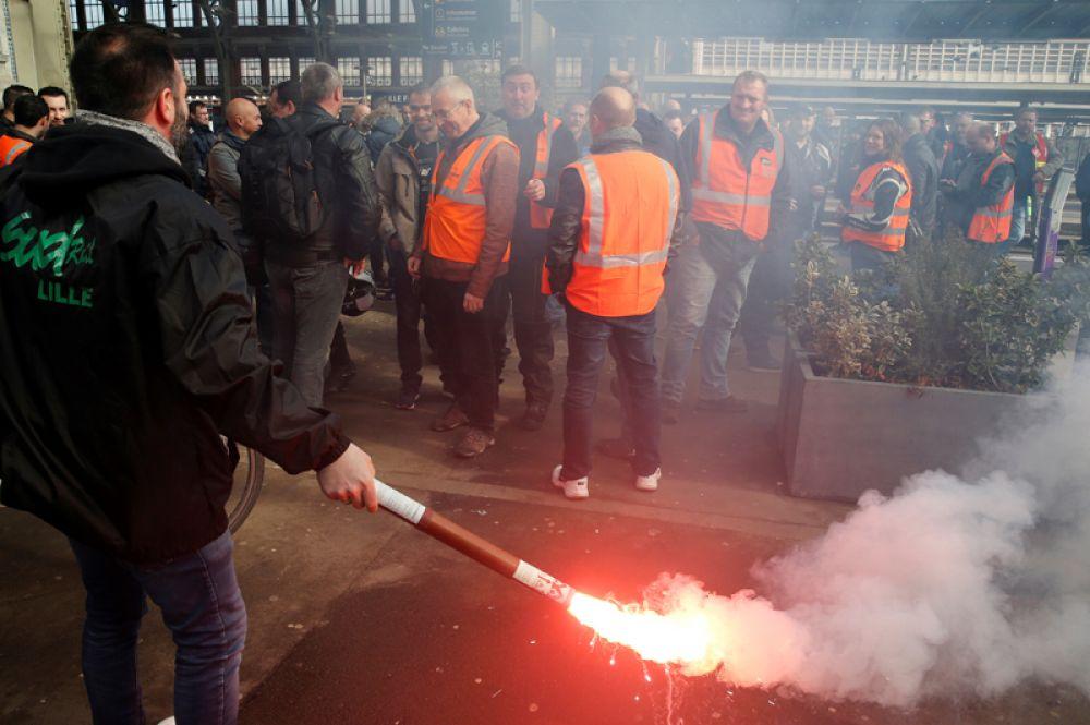 Сотрудники Национальной компании железных дорог (SNCF) во время забастовки.