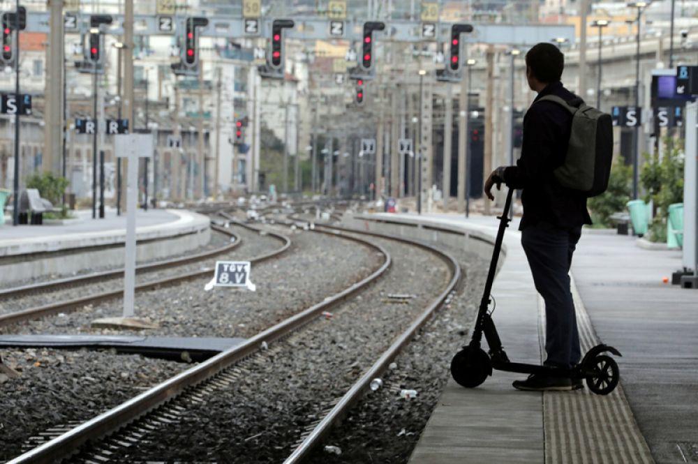 Пассажир на пустой железнодорожной платформе в Ницце.