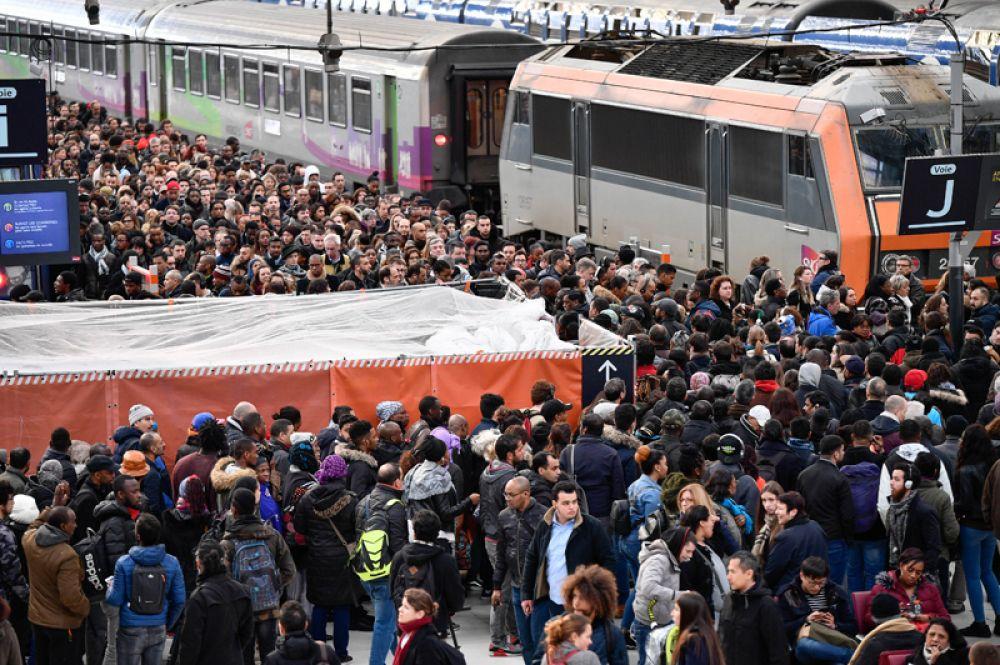 Пассажиры на Лионском вокзале в Париже в первый день забастовки.