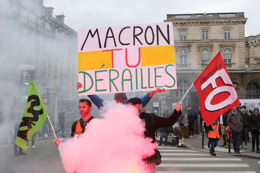 Манифестация железнодорожников возле Восточного вокзала в Париже.