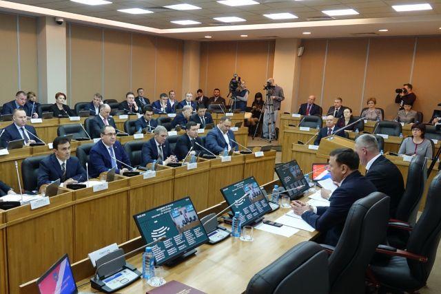 На мартовской сессии депутаты рассмотрели вопросы о сиротах, машинах, бизнесе и криминале.