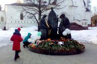 В день траура по погибшим в Кемерове ярославцы несли цветы к памятнику Святой Троице.
