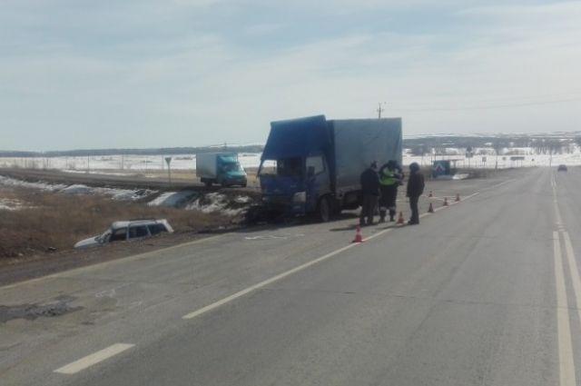 На трассе Оренбург-Уфа водитель «ВАЗа» врезался в грузовик Baw Fenix.