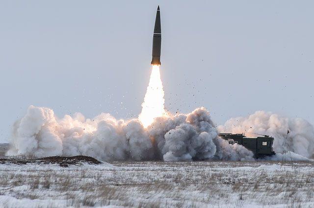 Пуск баллистической ракеты оперативно-тактического ракетного комплекса (ОТРК) «Искандер-М».