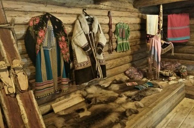 На стенде югорчан расположились одежда, украшения и предметы быта.