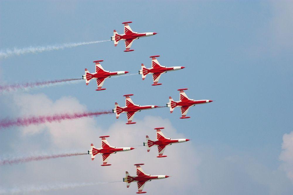 «Турецкие Звезды» — пилотажная эскадрилья турецких ВВС. Пилотаж выполняется на восьмерке истребителей F-5 Freedom Fighter.