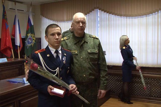 Александр Бастрыкин наградил Дмитрия Полухина, спасшего детей в Кемерове.