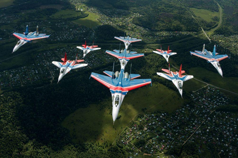 В 2003 году состоялся публичный совместный пилотаж «Русских Витязей» с другой не менее известной российской авиагруппой «Стрижи». Одной из наиболее узнаваемых фигур высшего пилотажа стал гигантский ромб, состоявший из четверки МиГ-29 и пяти Су-27. Этот пилотажный строй получил имя «Кубинский бриллиант».