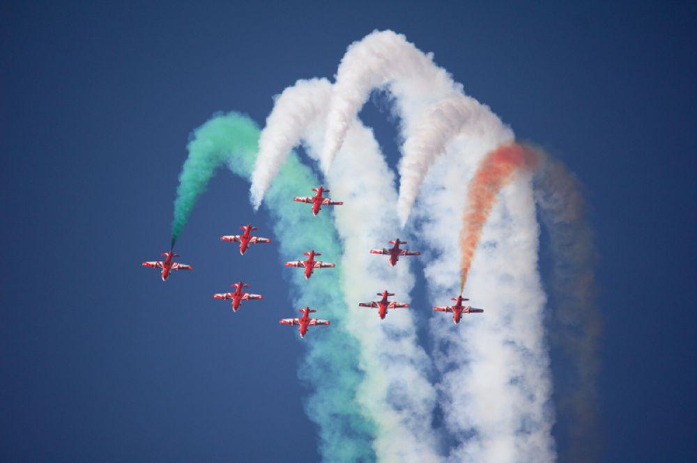 «Сурья Киран» («Солнечные лучи») — авиационная пилотажная группа ВВС Индии. Летает на учебно-тренировочных HJT-16 Kiran Mk.2 индийского производства, всего в группе девять самолетов.