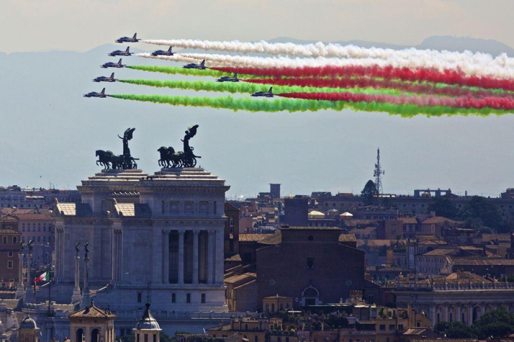 Frecce Tricolori («Трехцветные стрелы»)— пилотажная группа итальянских ВВС. С 1984 года группа выступает на самолетах Aermacchi MB-339-PAN. Всего в группе 10 самолетов.