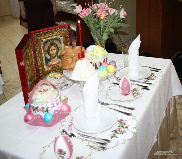 Украсить стол можно свежими цветами и веточками вербы. Особую торжественность трапезе придают иконы Спасителя и Пресвятой Богородицы.