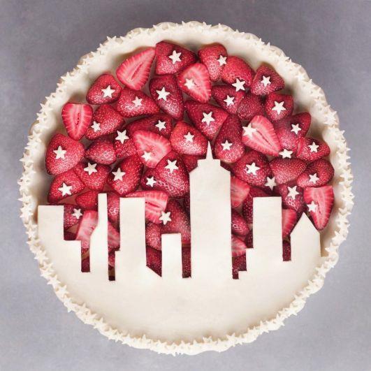 Клубничка еще вкуснее, когда она дополняет вот такой фантастический десерт.