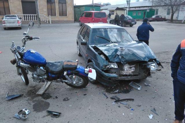 Шлем спас жизнь мотоциклисту после жесткого столкновения с«четырнадцатой» наСтаврополье