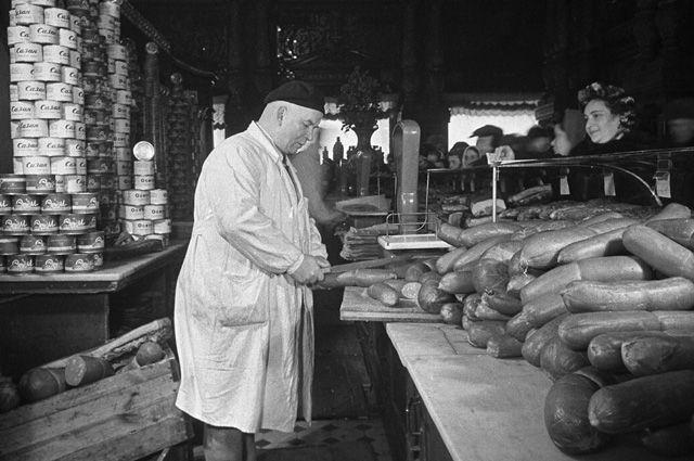 Продажа колбасных изделий в Елисеевском магазине в Москве. 1952 г.