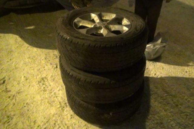 Кузбассовец хотел купить колеса для грузовика, но стал жертвой мошенника.