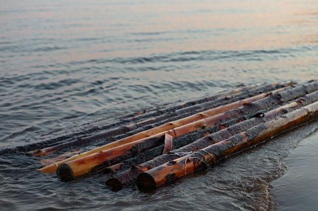 В Калининграде 6-летний мальчик отправился в плавание по озеру на плоту.