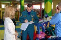 В детском клубе инспектор потребовал сертификат на покрытие.