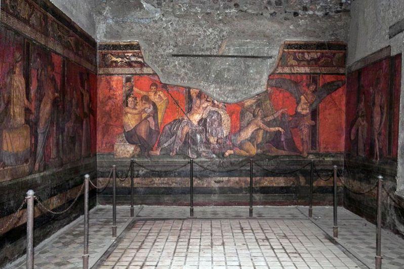 Вилла Мистерий. Основана во II веке до н. э., после чего несколько раз расширялась. Свое название получила благодаря фрескам в одной из комнат, на которых изображено, по наиболее распространенной версии, посвящение в дионисийские мистерии.