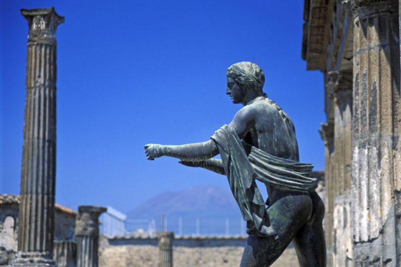 Храм Аполлона. Датируется 575-550 годами до н.э. Храм обращен главным входом на базилику и окружен портиком (галереей с колоннами), расписанным сценами из Илиады. Две из 28 коринфских колонн полностью сохранились. Сохранились также бронзовая статуя Аполлона и бюст Дианы.
