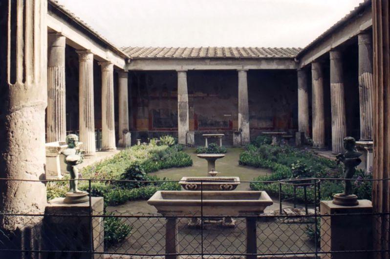 Дом Веттиев. Небольшой, однако богато украшенный дом, принадлежавший торговцам-вольноотпущенникам Авлу Веттию Конвиве и Авлу Веттию Реституту.